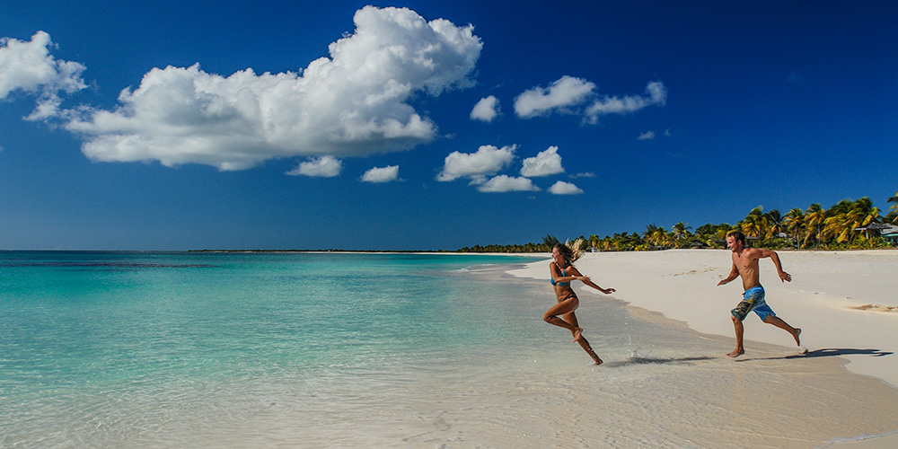 TS-Barbuda-BeachCouplePlay-JMR07D2H6560-Edit01